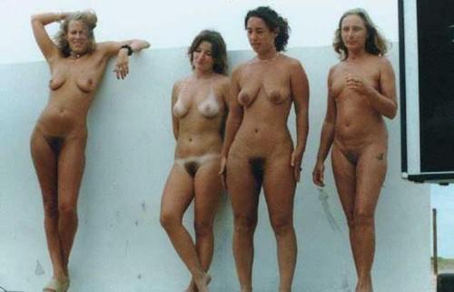 cuatro mujeres desnudas con el coño peludo