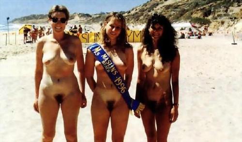 tres mujeres desnudas en la playa con el coño peludo